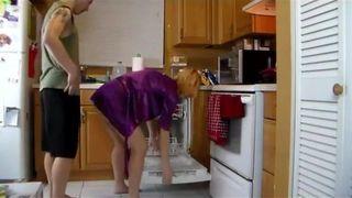 بعنفالولد مع امه في المطبخ