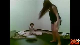 رقص من مرة هايجة ادام ابنها الصغير XXX الحرة أنبوب عربي